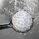 Ein Duschkopf aus welchem Wasser herauskommt