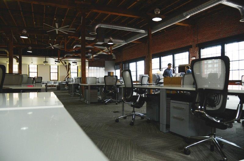 Büro mit ergonomischen Stühlen
