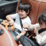 Kinder haben Spaß mit einem DVD-Player im Auto