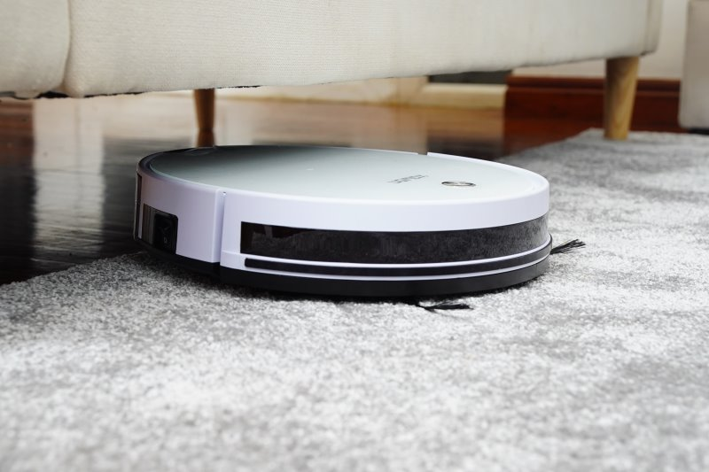 Saugroboter auf Teppich und unter Möbeln im Einsatz