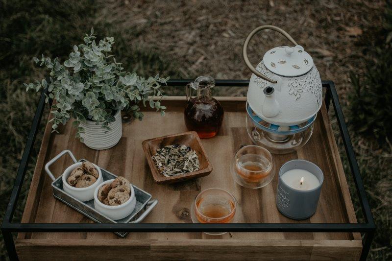 Servierwagen auf dem Tee und Kekse serviert werden.