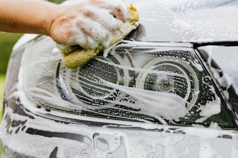 Auto wird mit Autoshampoo gewaschen