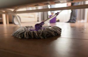 Ein Wischmopp, mit dem unter dem Sofa gewischt wird.