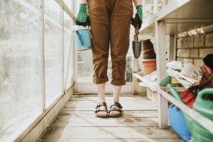 Gärtnerin im Balkon Gewächshaus
