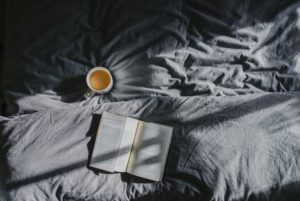 Bettwäsche mit Buch und Kaffee