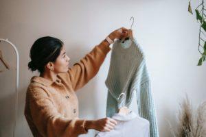 Frau erkennt Notwendigkeit für Fusselbürste