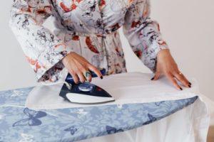 Frau testet Bügelbrettbezug