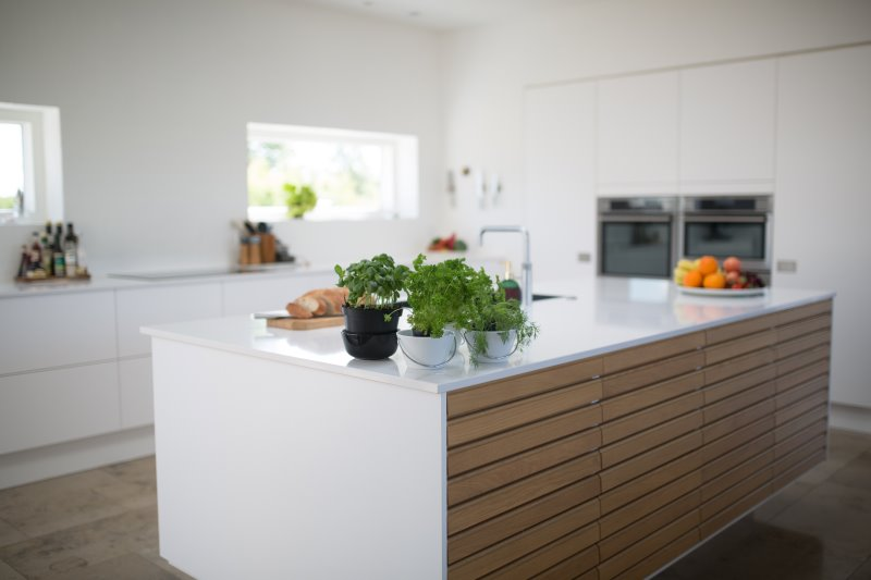 Eine saubere helle Küche