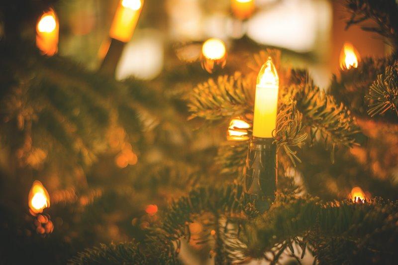 Kerzenförmige Lichterkette am Weihnachtsbaum