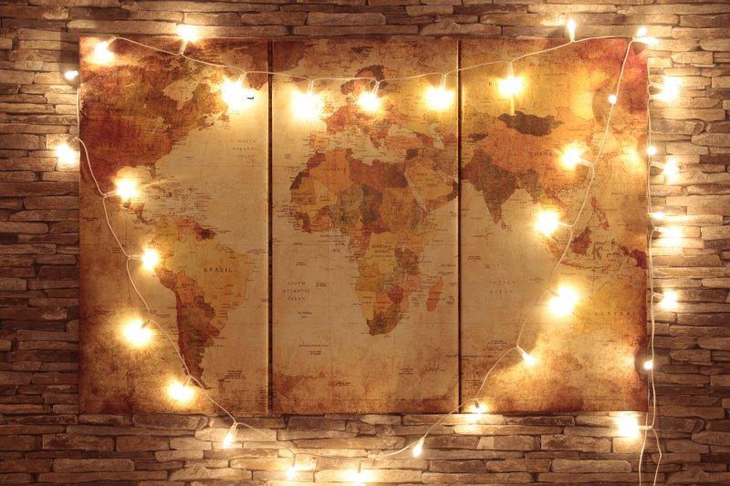 Lichterkette, die eine Weltkarte beleuchtet