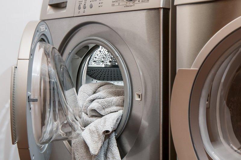 Das ist eine Mini-Waschmaschine, die gerade befüllt wird.