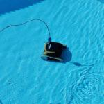 Vollautomatischer Poolroberter, der Unterwasser seine Arbeit verrichtet und Runden zieht.