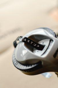 """Graues Beschriftungsgerät mit schwarzem Etikett, mit der Aufschrift """"STARTUP"""""""