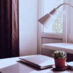 Schreibtischlampe Laptop und Pflanze