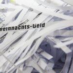 Papier mit Aktenvernichter in Streifen zerkleinert