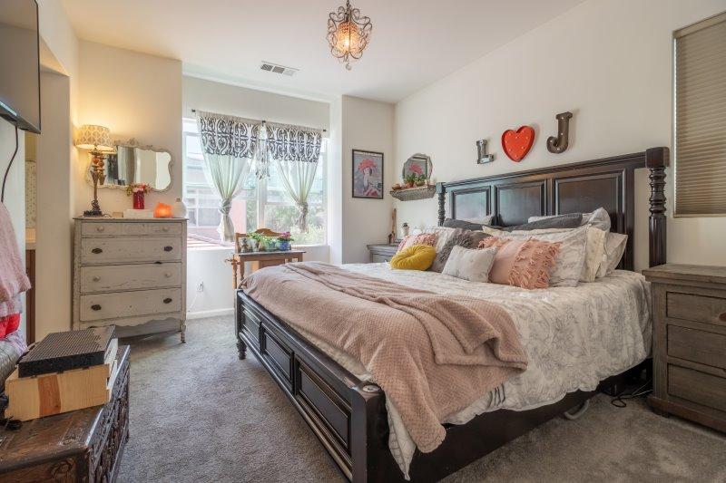 Schlafzimmer mit Teppichboden