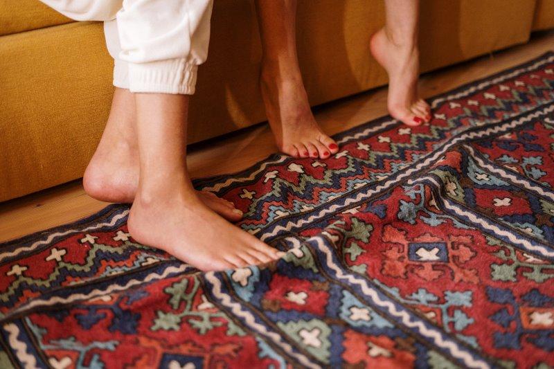 Teppich Test mit den Füßen