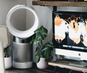 Ein Turmventilator auf einem Schreibtisch