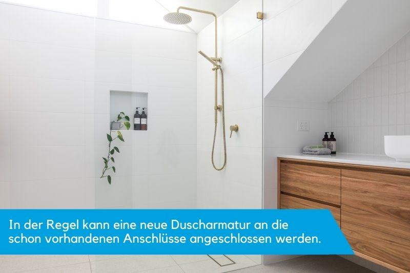 Schlichte Badezimmereinrichtung mit gold-gelber Armatur aus Messing