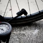 Akku Luftpumpe mit einem Fahrradreifen