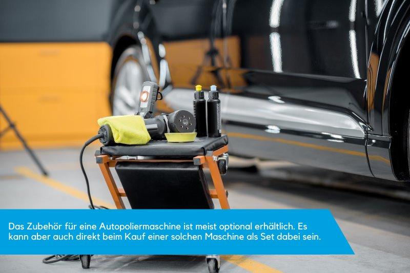Vor einem schwarzen und polierten Auto befindet sich eine Poliermaschine mit Zubehoer wie Politur, Lampe, Aufsatz und Tuch