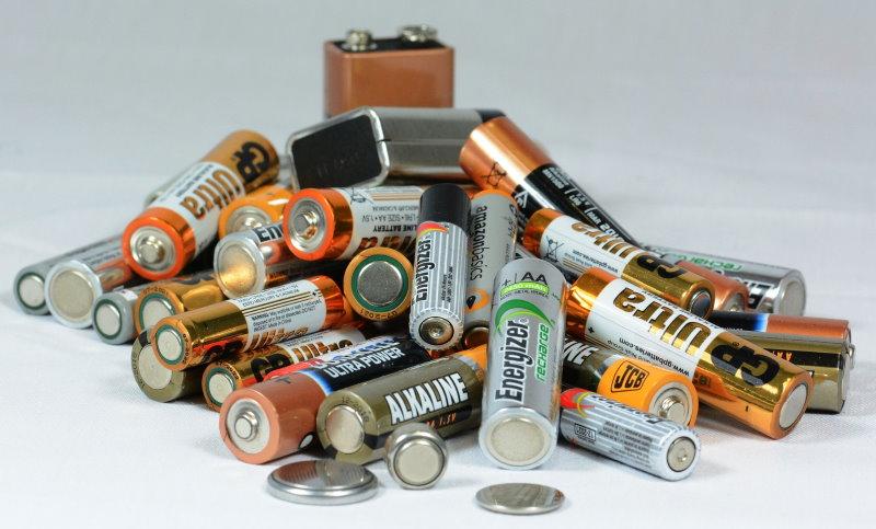 verschiedene Batterien die zur Stromversorgung benötigt werden