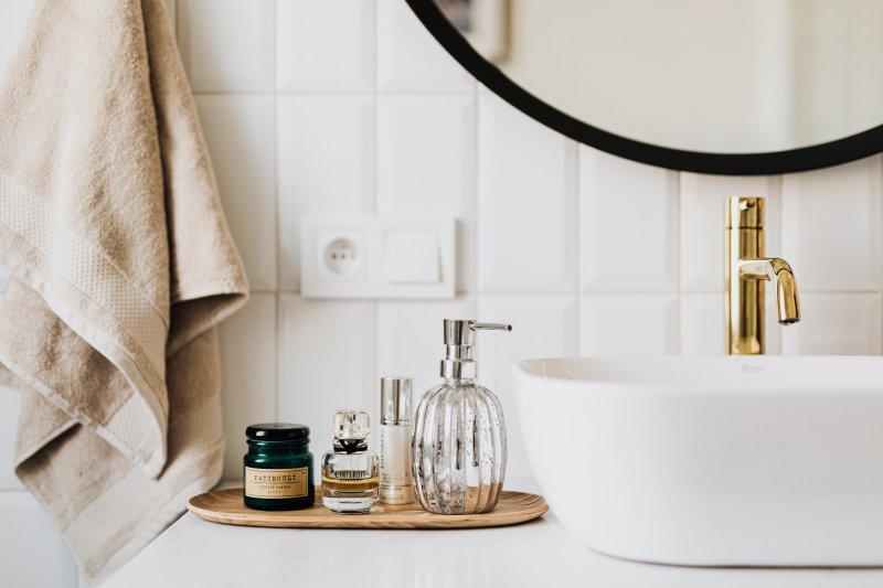Goldene Waschtischarmatur und Waschbecken