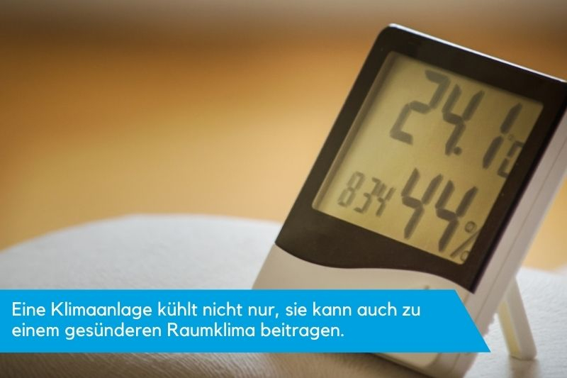 Ein Messgerät zeigt Temperatur und Luftfeuchtigkeit an.