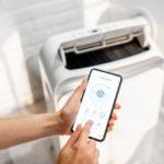 Eine mobile Klimaanlage wird per Smartphone gesteuert.