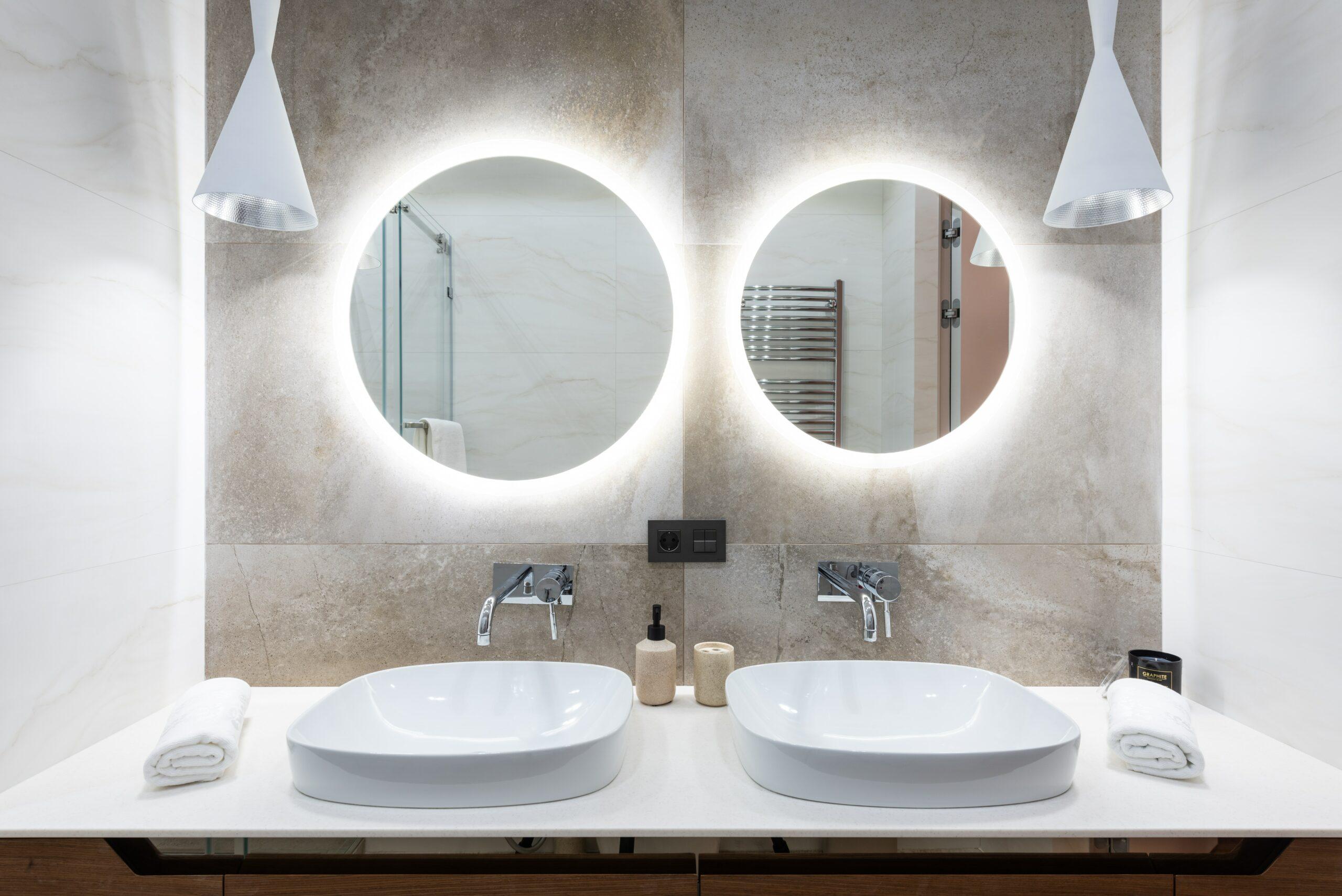 Zwei Waschtischarmaturen in der Wand