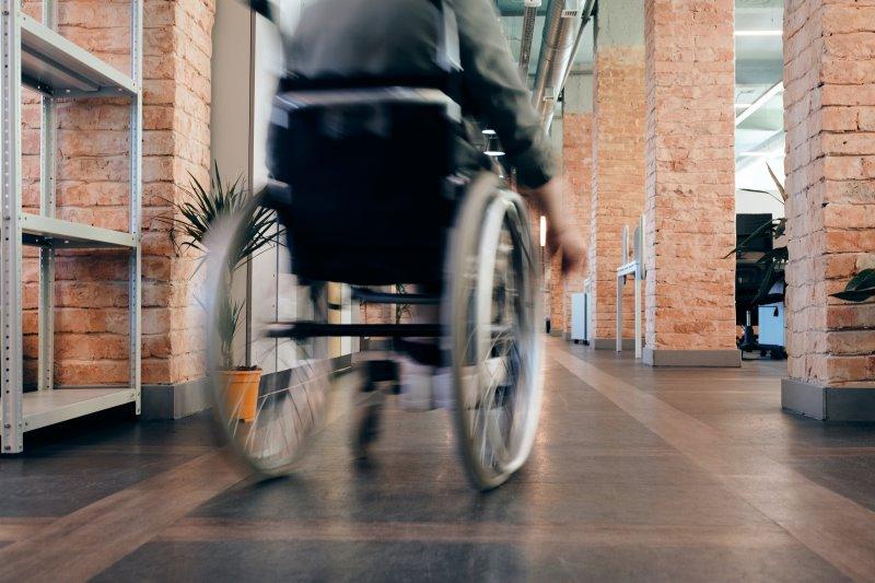 Person im Rollstuhl von hinten zu sehen