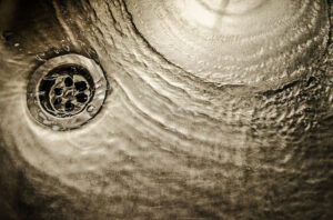 Wasser fliest Dank Rohrreiniger wieder ab.