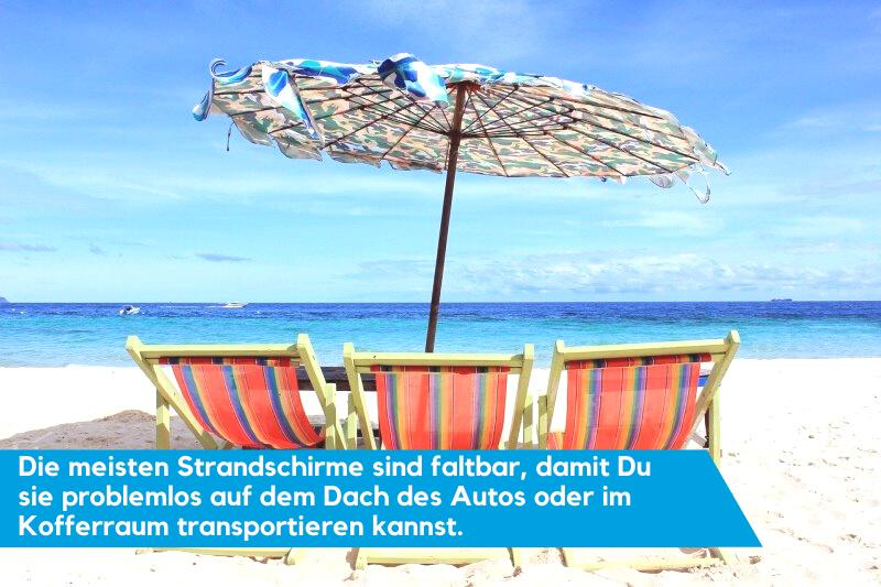 Strandschirm mit Liegestühlen auf dem Sandstrand.