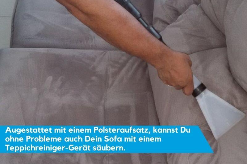Mann,der mit Teppichreiniger Sofa reinigt