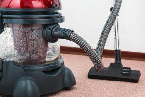 Teppichreiniger auf einem roten Teppich