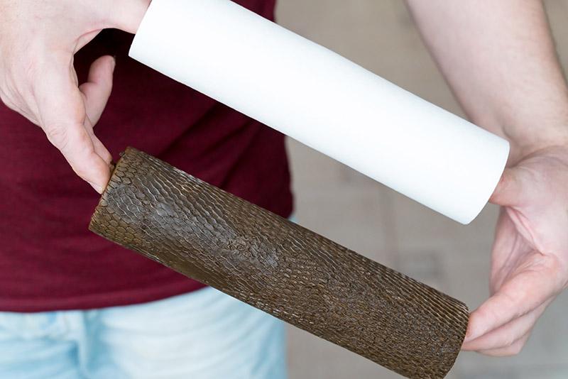 Ein verschmutzter Hauswasserfilter wird neben einer sauberen Filterkerze gezeigt