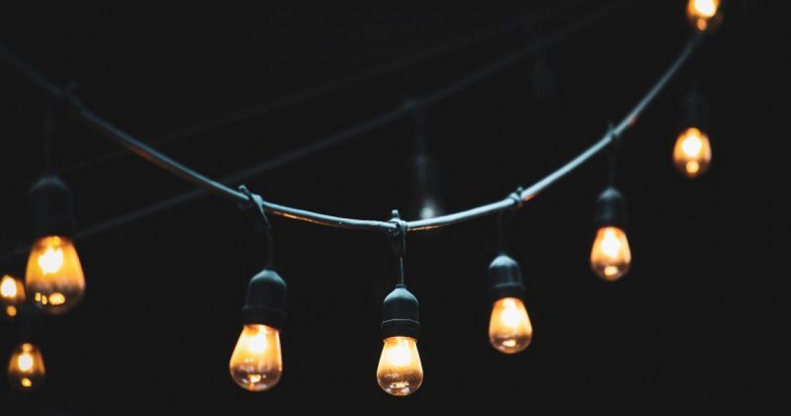 Lichterkette mit Glühbirnen vor dunklem Hintergrund