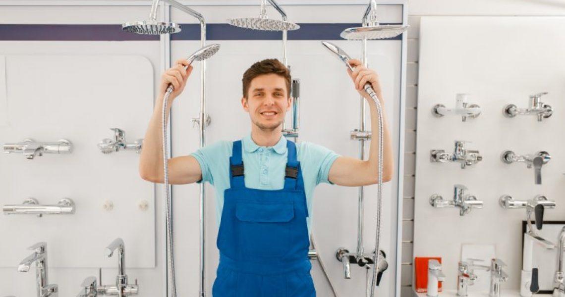 Sanitärinstallateur vergleicht Regendusche-Komplettsets