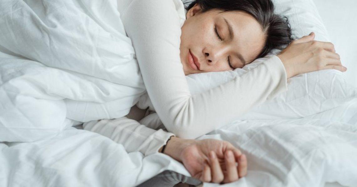 Frau schläft auf einem Nackenkissen