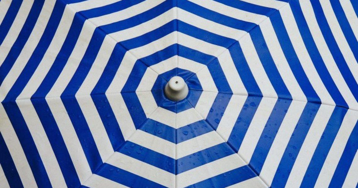 Blau-weißer Sonnenschirm für den Balkon oder Strand